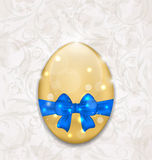 Яичко пасхи лоснистое оборачивая голубой смычок Стоковое Изображение RF