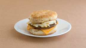 Яичко сосиски завтрака и печенье сыра на плите Стоковые Фото