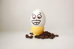 Яичко с стороной Смешной и милый к кружке кофе Стоковое фото RF