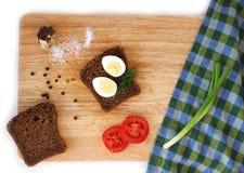 Яичко триперсток и wholegrain положение квартиры хлеба Стоковые Фотографии RF