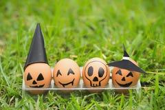 Яичко 4 хеллоуин на зеленой траве Стоковое Фото