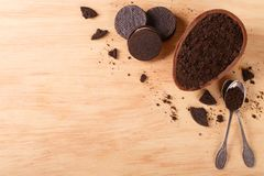 Яичко шоколада с заполнять для пасхи на деревянной предпосылке Стоковые Изображения