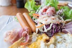 Яичница, ветчина, бекон, сосиска, салат и vegetabl крупного плана завтрака Стоковые Фотографии RF