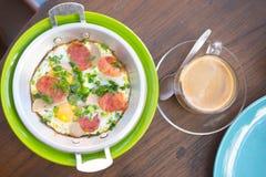 Яичница в лотке с сосиской хлеба и свинины Стоковое фото RF