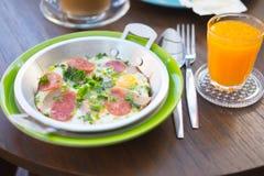 Яичница в лотке с сосиской хлеба и свинины Стоковые Фотографии RF