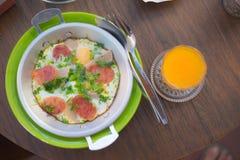 Яичница в лотке с сосиской хлеба и свинины Стоковое Изображение