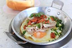 Яичница стиля вьетнамца в лотке с белой сосиской свинины Стоковые Изображения RF