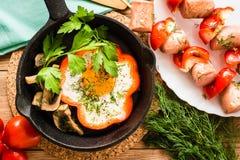 Яичницы в перце в лотке и сосисках с перцами стоковое изображение rf