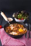 Яичницы завтрака с овощами - shakshuka в сковороде на деревянной предпосылке в деревенском стиле Плоское положение Взгляд сверху стоковые изображения