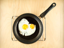 2 яичницы на черном лотке, простом взгляд сверху Стоковое фото RF