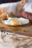 Яичницы с сосисками и зажаренной капустой Стоковые Изображения