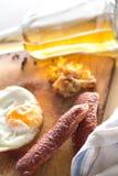 Яичницы с сосисками и зажаренной капустой Стоковая Фотография RF