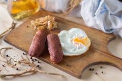 Яичницы с сосисками и зажаренной капустой стоковое фото rf