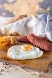 Яичницы с сосисками и зажаренной капустой Стоковое Изображение