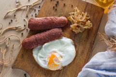 Яичницы с сосисками и зажаренной капустой Стоковое Изображение RF