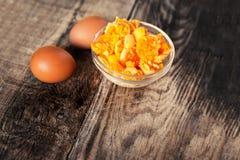 Яичный желток вареного яйца с желтыми яичками на деревянном столе, деревенском стиле Стоковые Изображения RF