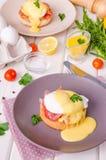 Яйца Венедикт на завтрак на белой деревянной предпосылке стоковые изображения rf