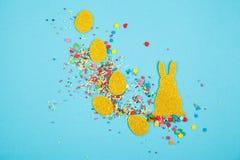 Яйца и зайчик золота бумажные стоковые изображения