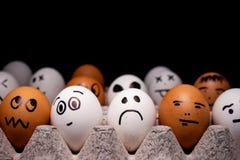 Яйца со смешными выражениями имитируя человеческие лиц Концепция этнического разнообразия и настроений стоковое фото rf