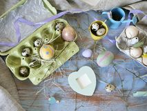 Яйца, триперстки, оформление пасхи на голубом деревянном столе стоковое изображение