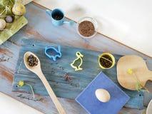 Яйца, триперстки, оформление пасхи на голубом деревянном столе стоковое фото