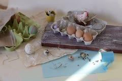 Яйца цыпленка и триперсток, цыпленок игрушки, сено, оформление пасхи стоковые изображения rf