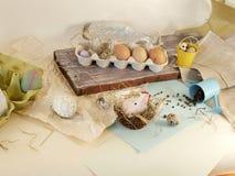 Яйца цыпленка и триперсток, цыпленок игрушки, сено, оформление пасхи стоковые изображения