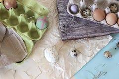 Яйца цыпленка и триперсток, цыпленок игрушки, сено, оформление пасхи стоковые фотографии rf