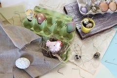 Яйца цыпленка и триперсток, цыпленок игрушки, сено, оформление пасхи стоковое фото rf