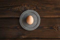 Яйцо Брауна на круглой бетонной плите стоковое изображение rf