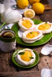 Яйцо сформировало гнезда меренги с творогом лимона традиционные печенья пасхи стоковая фотография rf