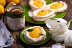 Яйцо сформировало гнезда меренги с творогом лимона традиционные печенья пасхи стоковые фотографии rf