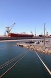 Якорные кабели грузового корабля, краны порта работая на сосуде Стоковое фото RF