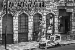 Ямайские работники - талисманы и поставщик плода на Margaritaville на тазобедренной прокладке в Montego Bay стоковые фото