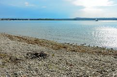 Яма огня гравия на озере стоковая фотография rf