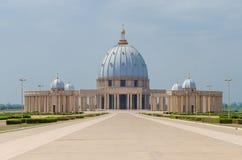 Ямусукро, Кот-д'Ивуар - 1-ое февраля 2014: Известная базилика ориентир ориентира нашей дамы мира, собора Кристиана африканца стоковое изображение