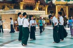 Янгон, Мьянма - 19-ое февраля 2014: Стойка людей перед виском Стоковое Изображение RF