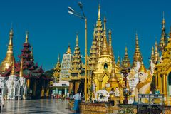 Янгон, Мьянма - 19-ое февраля 2014: Церемония посвящения на Shwedago стоковое изображение rf