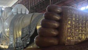 Янгон, Мьянма - November15, 2015: Висок Chaukhtatgyi с верующими на гигантском возлежа Будде, одном из самого большого a сток-видео
