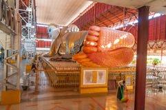 Янгон, Мьянм-февраль 19,2014: Chaukhtatgyi Paya возлежа Будда Стоковые Изображения