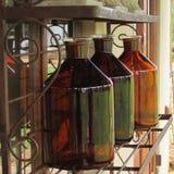 Янтарные бутылки на шкафе Стоковые Изображения RF