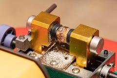 Янтарный камень зажатый в сверля приборе стоковое фото