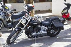 Японец сделал мотоцикл Yamaha Dragstar припаркованный в автостоянке супермаркета в Albuferia в Португалии стоковые изображения