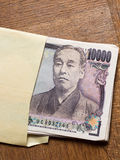 Японец счет 10000 иен в конверте Стоковое Фото