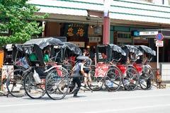Япония: Обслуживание рикши с туристом на Asakusa Стоковая Фотография RF