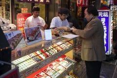 Япония - Осака - еда улицы около улицы Dotonbori стоковые изображения rf