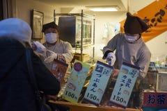 Япония - Осака - еда улицы около улицы Dotonbori стоковое изображение rf