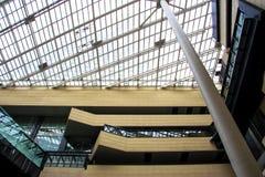 Япония, Осака - смотрящ вверх на современном взгляде высокого здания зодчество самомоднейшее Стоковые Фотографии RF
