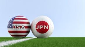 Япония против Футбольный матч США - футбольные мячи в Японии и цвета США национальные на футбольном поле иллюстрация штока