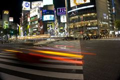 Япония, токио, взгляд ночи пересечения дорог с пешеходным переходом Стоковое Изображение RF